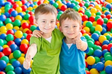 Niños-abrazados-768x512.jpg